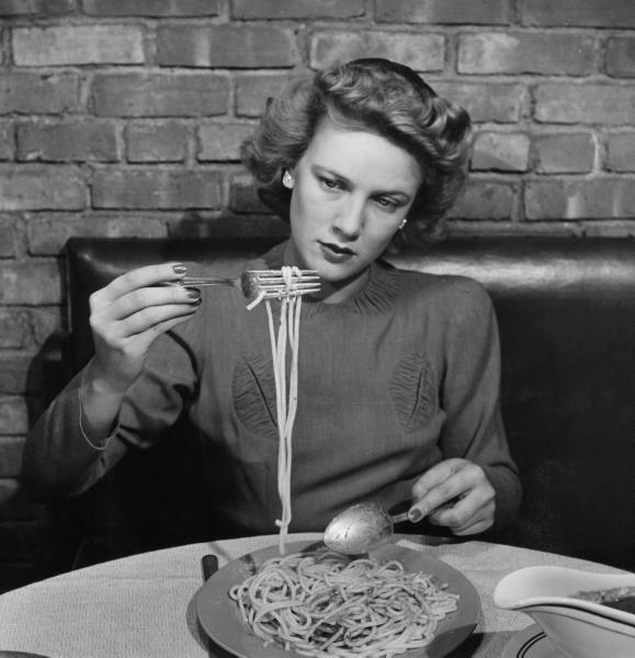 Alfred Eisenstaedt, Woman eating spaghetti in restaurant. New York, 1941